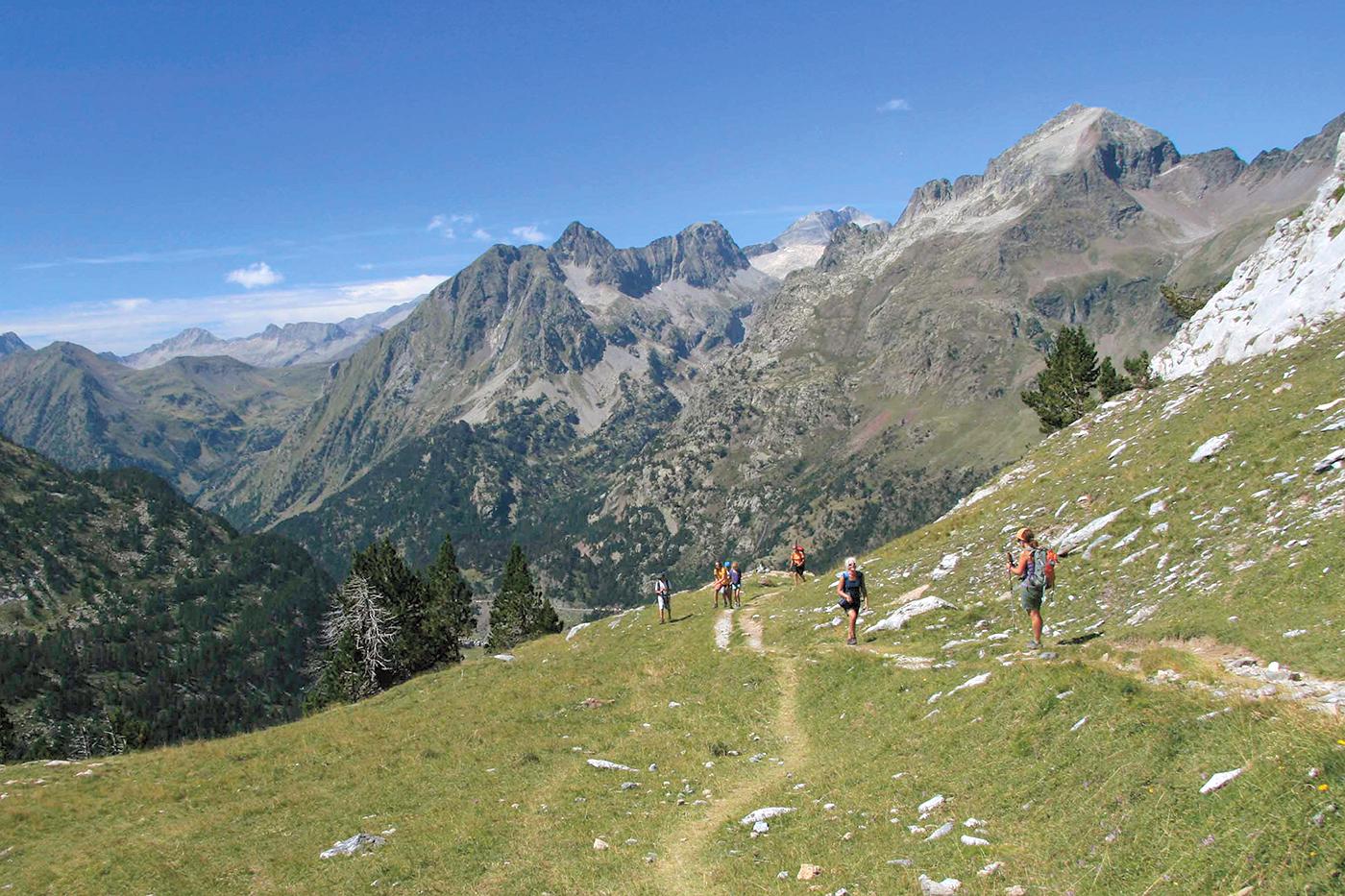 Wanderer auf dem Abstieg ins Benasque-Tal