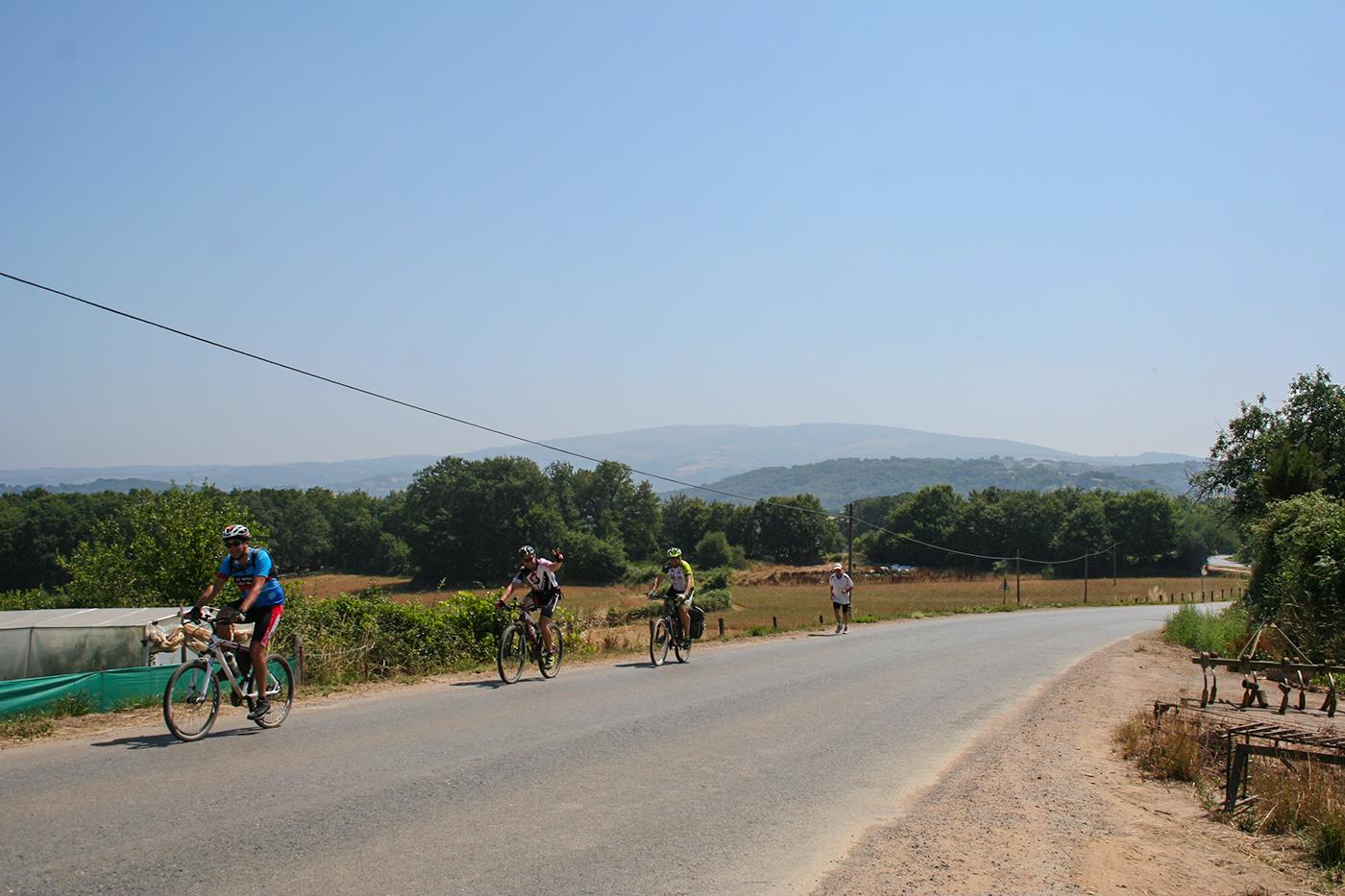Radfahrer bergauf auf dem Jakobsweg