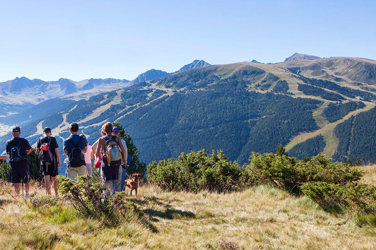 Wandergruppe genießt Aussicht im oberen Inclés-Tal